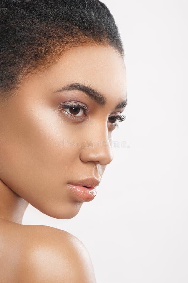 Αρκετά αφρικανική φροντίδα γυναικών του δέρματός της στοκ εικόνες