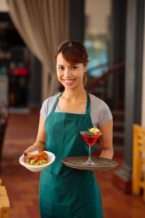 Αρκετά βιετναμέζικη σερβιτόρα στοκ φωτογραφία με δικαίωμα ελεύθερης χρήσης