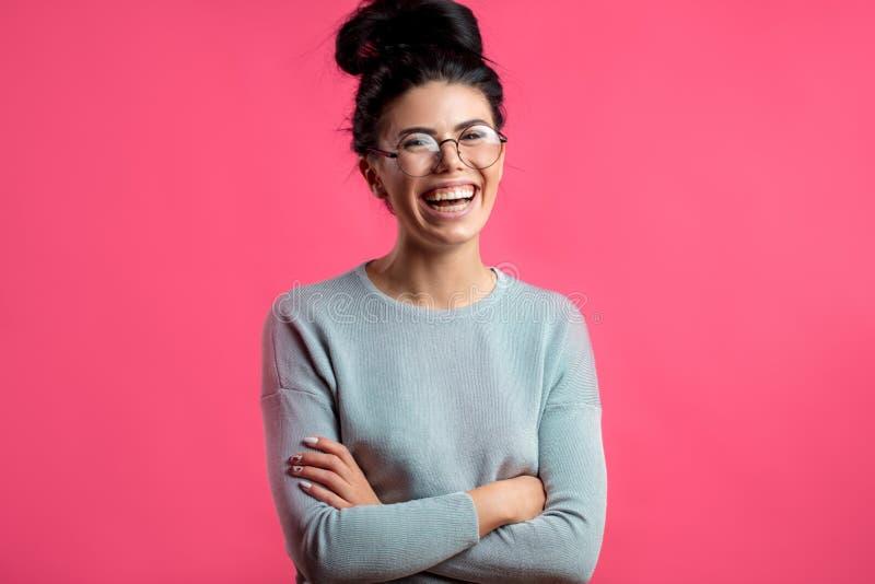 Αρκετά γελώντας νέα γυναίκα στα γυαλιά στοκ φωτογραφία