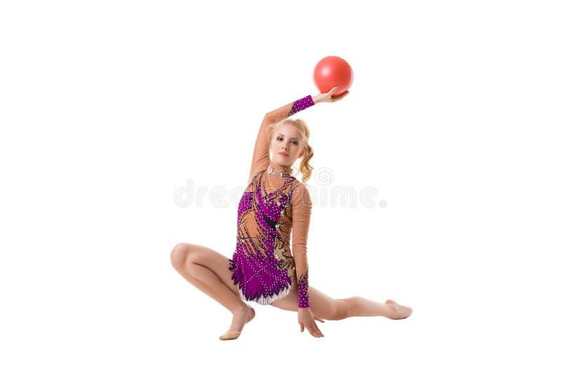 Αρκετά λεπτός gymnast με το κόκκινο καλλιτεχνικό πορτρέτο σφαιρών στοκ φωτογραφίες με δικαίωμα ελεύθερης χρήσης