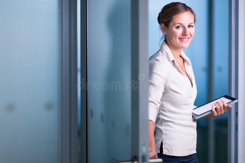 Αρκετά θηλυκοί διευθυντής/υπάλληλος/δικηγόρος γραφείων σε ένα σύγχρονο γραφείο στοκ εικόνα με δικαίωμα ελεύθερης χρήσης