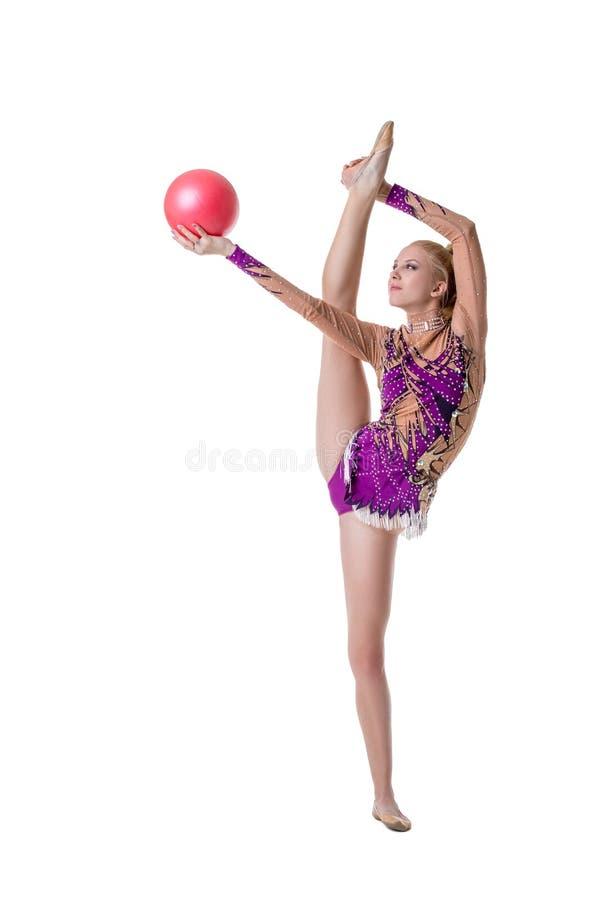Αρκετά θηλυκός gymnast με τη σφαίρα, που απομονώνεται στο λευκό στοκ εικόνα