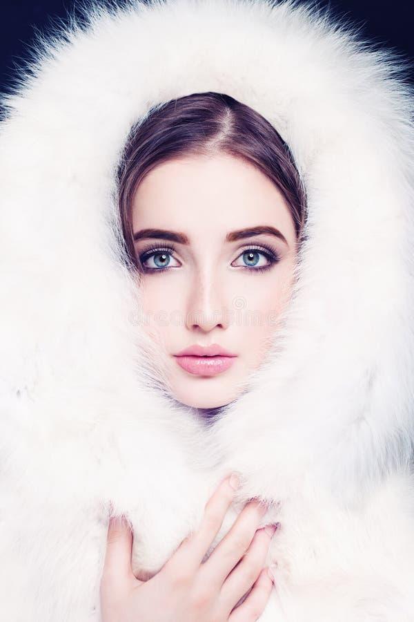 Αρκετά θηλυκό πρόσωπο στην άσπρη γούνα πρότυπες νεολαίες μόδας στοκ εικόνα με δικαίωμα ελεύθερης χρήσης