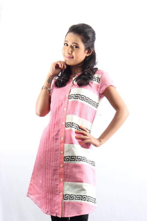 Αρκετά ινδικό θηλυκό πρότυπο κορίτσι που φορά ένα παραδοσιακό kurti στοκ εικόνες με δικαίωμα ελεύθερης χρήσης