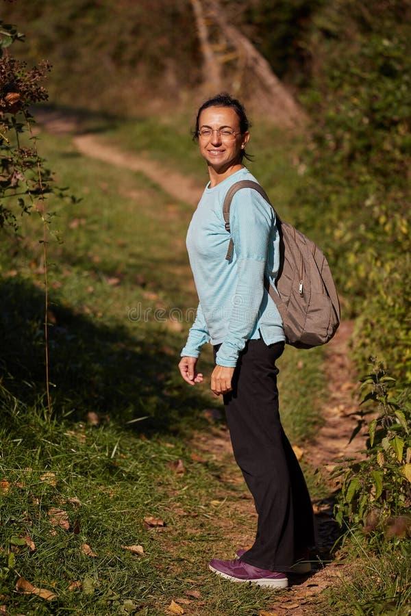 Αρκετά ισπανική γυναίκα στην πορεία στο δάσος στοκ φωτογραφίες με δικαίωμα ελεύθερης χρήσης