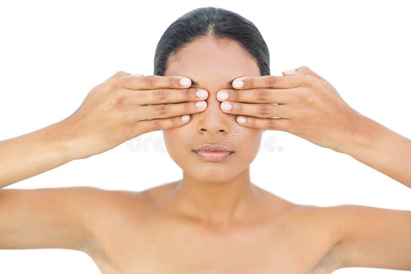 Αρκετά μαύρο μαλλιαρό πρότυπο που κρύβει τα μάτια της στοκ εικόνα με δικαίωμα ελεύθερης χρήσης