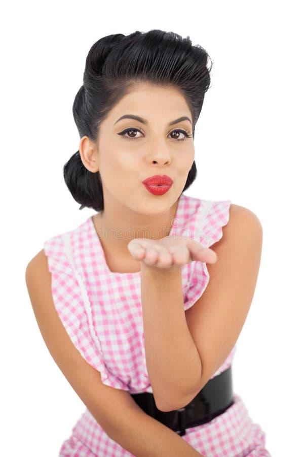 Αρκετά μαύρο πρότυπο τρίχας που φυσά ένα φιλί στη κάμερα στοκ εικόνες με δικαίωμα ελεύθερης χρήσης