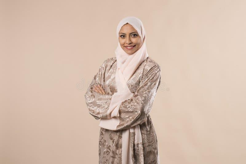 Αρκετά νέα αραβική μουσουλμανική στάση γυναικών που απομονώνεται στο στούντιο backround στοκ φωτογραφία με δικαίωμα ελεύθερης χρήσης