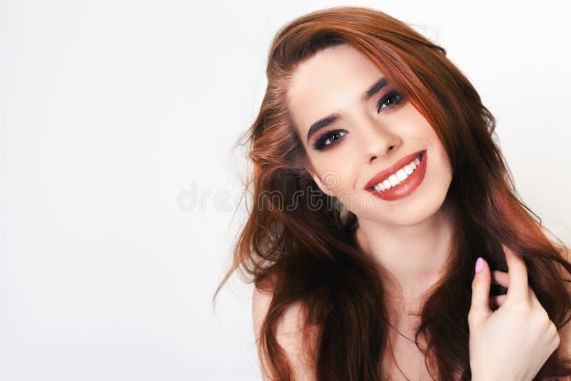 Αρκετά νέα γυναίκα με την υγιή τέλεια τρίχα και το άσπρο χαμόγελο στοκ φωτογραφίες με δικαίωμα ελεύθερης χρήσης