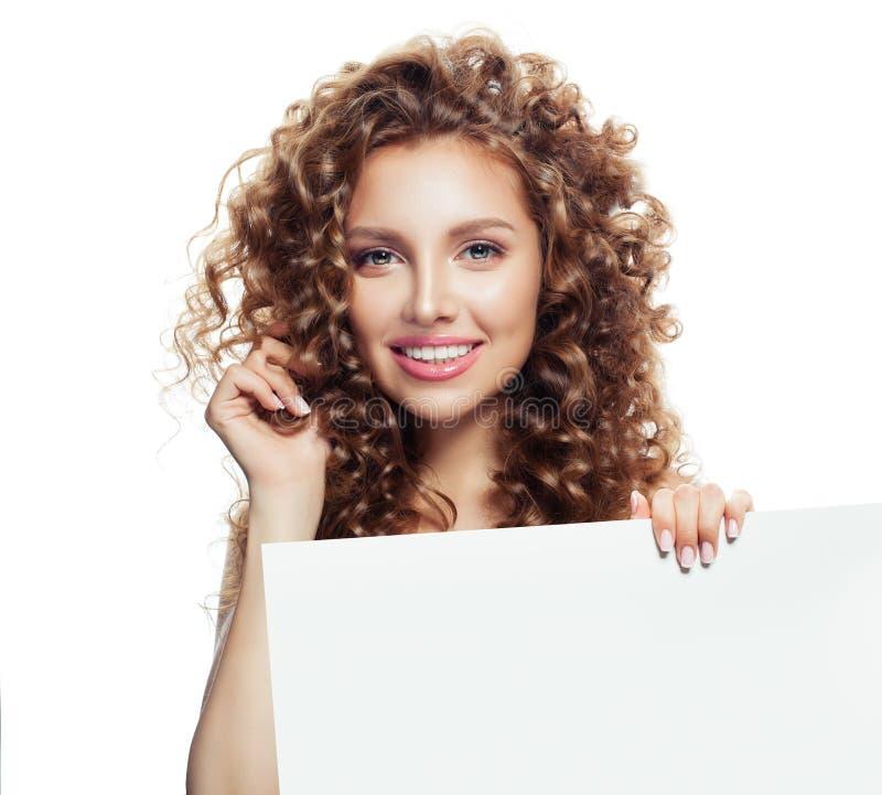 Αρκετά νέα γυναίκα με το λευκό κενό πίνακα εγγράφου στοκ εικόνες