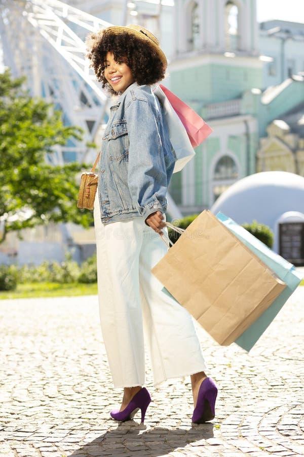Αρκετά νέα γυναίκα που φέρνει πολλές τσάντες αγορών στοκ εικόνες με δικαίωμα ελεύθερης χρήσης