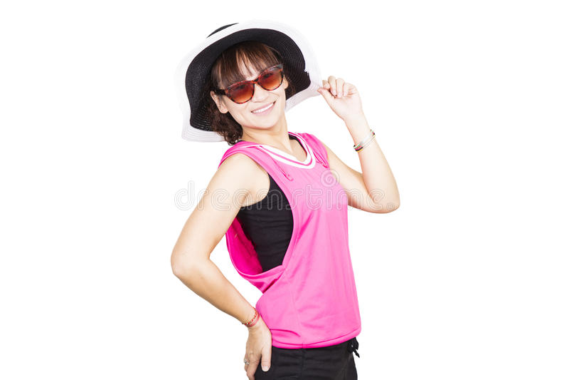 Αρκετά νέα γυναίκα που φορά το καπέλο και τα γυαλιά ηλίου στοκ εικόνες