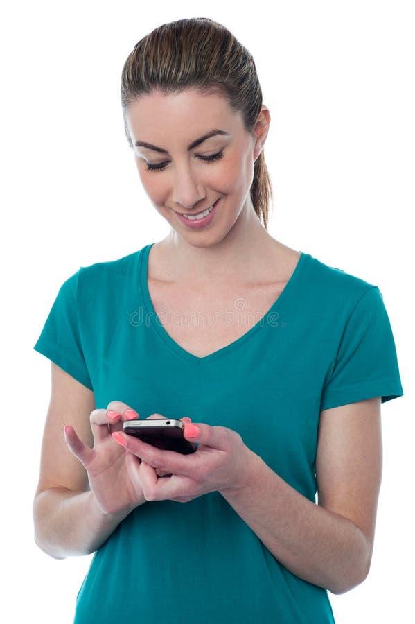 Αρκετά νέα γυναίκα που χρησιμοποιεί το smartphone στοκ εικόνες