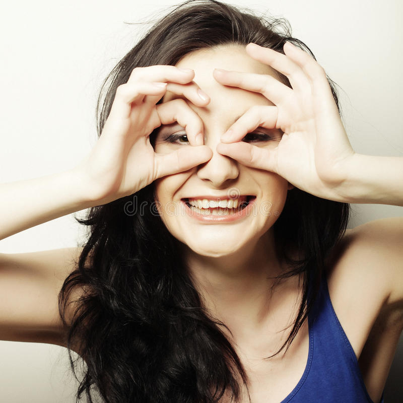 Αρκετά νέα γυναίκα που ψάχνει κάτι με τα ευρέα ανοικτά μάτια και στοκ φωτογραφία