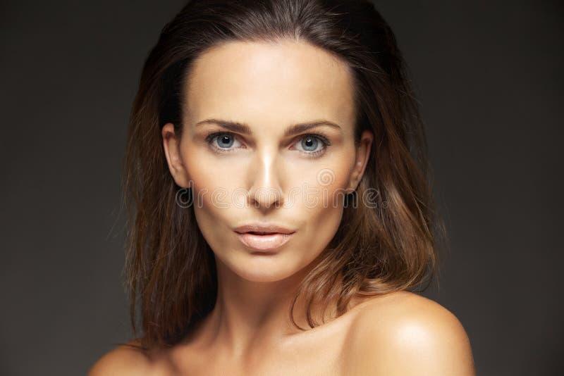 Αρκετά νέα κυρία με το τέλειο υγιές δέρμα στοκ φωτογραφία με δικαίωμα ελεύθερης χρήσης