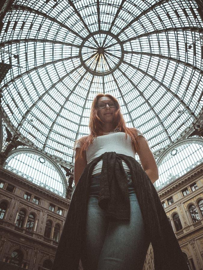Αρκετά νέα κόκκινη τοποθέτηση γυναικών τρίχας στο moll, Galleria Umberto I, Napoli, Ρώμη στοκ φωτογραφία