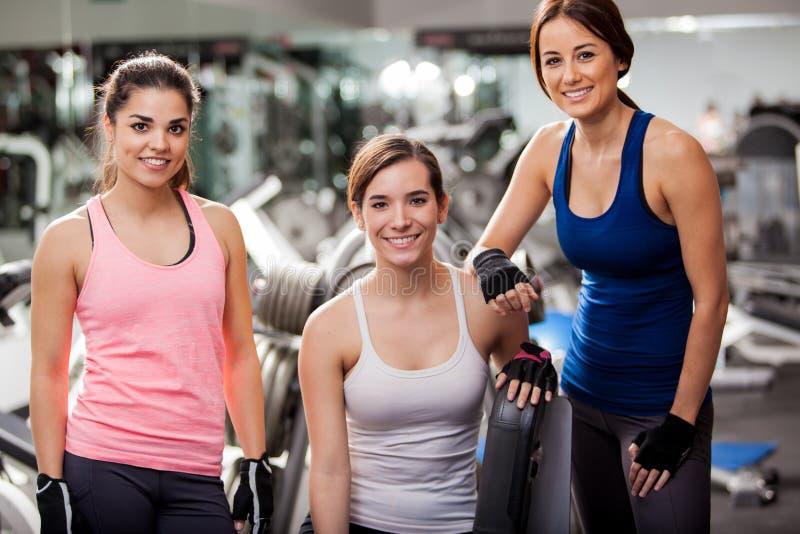 Αρκετά νέες γυναίκες στη γυμναστική στοκ εικόνες