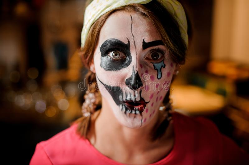 Αρκετά νέο redhead κορίτσι με λατρευτές αποκριές makeup στοκ εικόνα