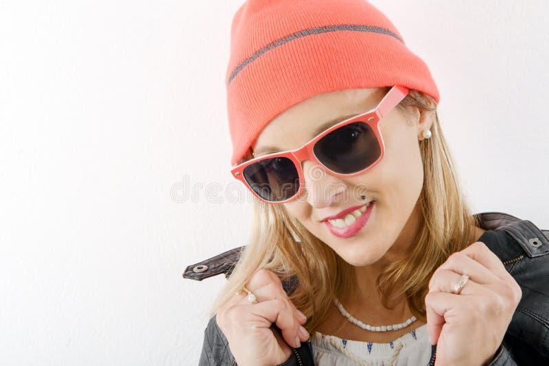 Αρκετά ξανθή γυναίκα με το χειμερινά καπέλο και τα γυαλιά ηλίου στοκ φωτογραφία με δικαίωμα ελεύθερης χρήσης