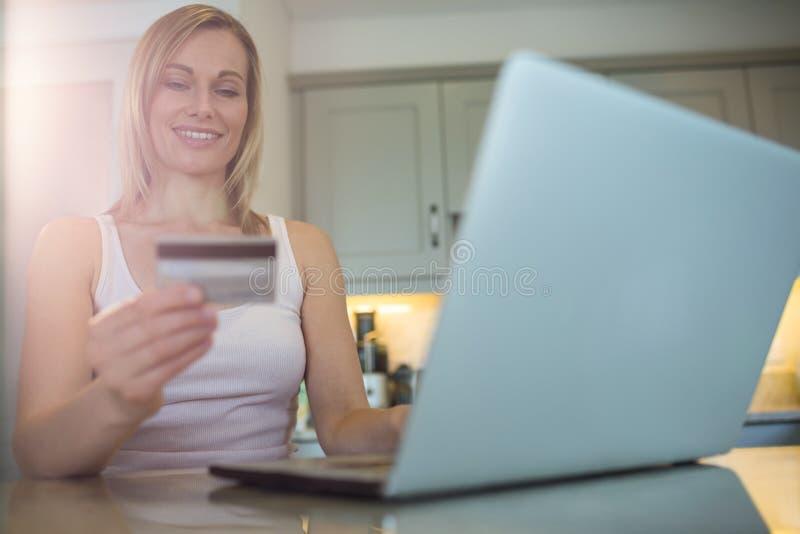 Αρκετά ξανθή γυναίκα που διατάζει on-line στοκ εικόνα με δικαίωμα ελεύθερης χρήσης