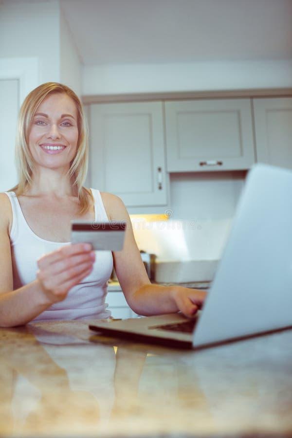 Αρκετά ξανθή γυναίκα που διατάζει on-line στοκ εικόνες με δικαίωμα ελεύθερης χρήσης