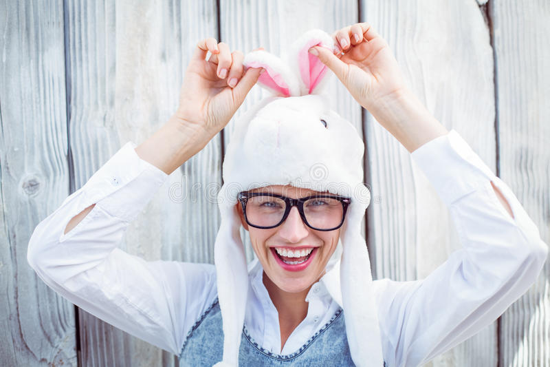 Αρκετά ξανθή γυναίκα που χαμογελά στη κάμερα που φορά το αστείο καπέλο στοκ εικόνες