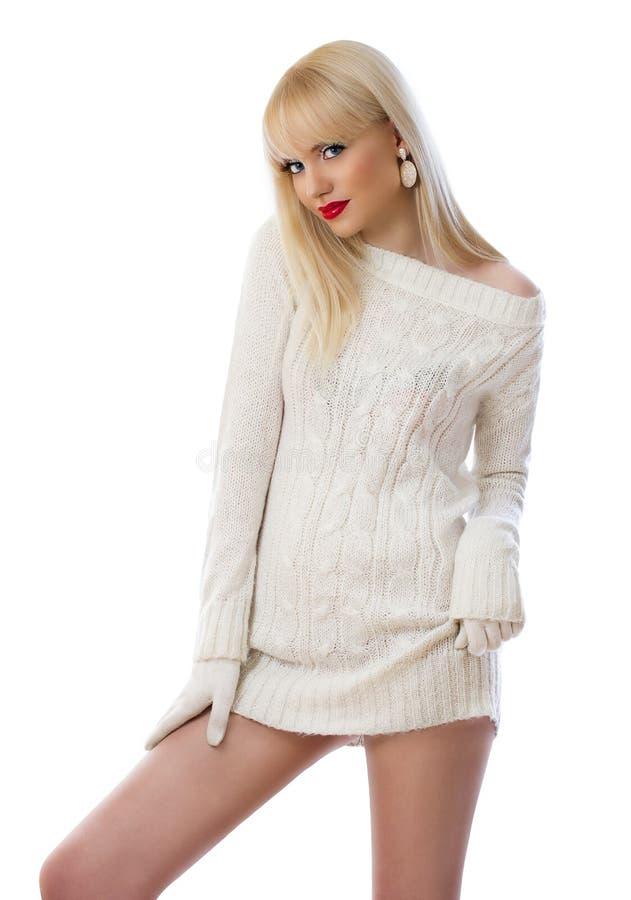 Αρκετά ξανθή γυναίκα στο πλεκτό φόρεμα στοκ εικόνα με δικαίωμα ελεύθερης χρήσης