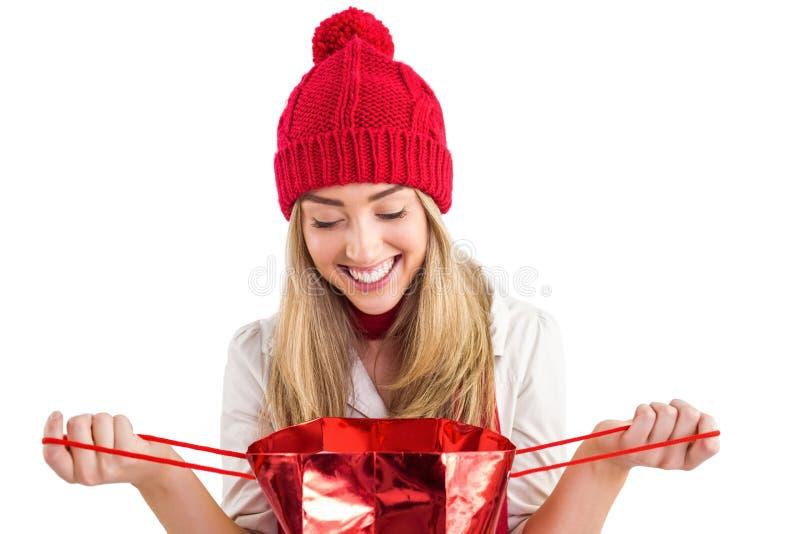 Αρκετά ξανθή τσάντα δώρων ανοίγματος στοκ εικόνες