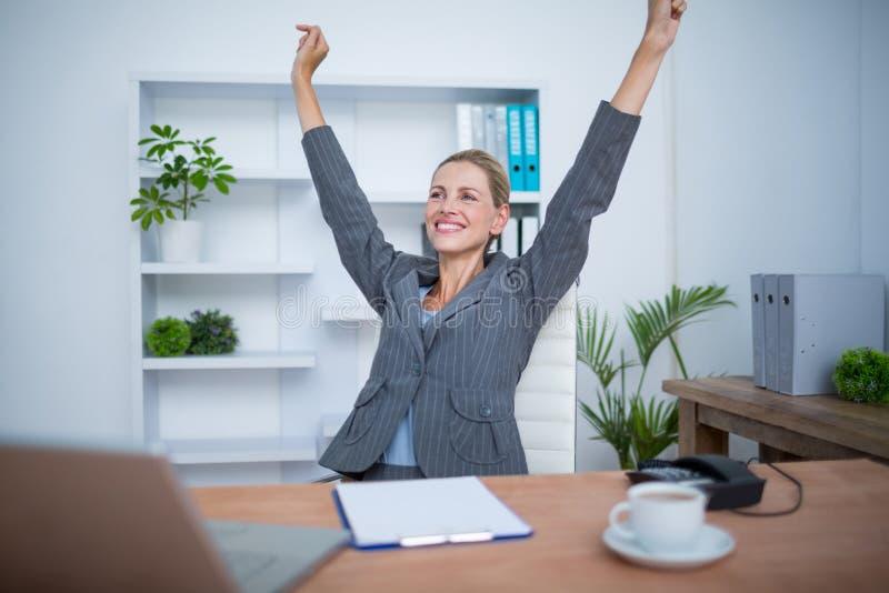 Αρκετά ξανθή gesturing νίκη επιχειρηματιών στοκ φωτογραφία