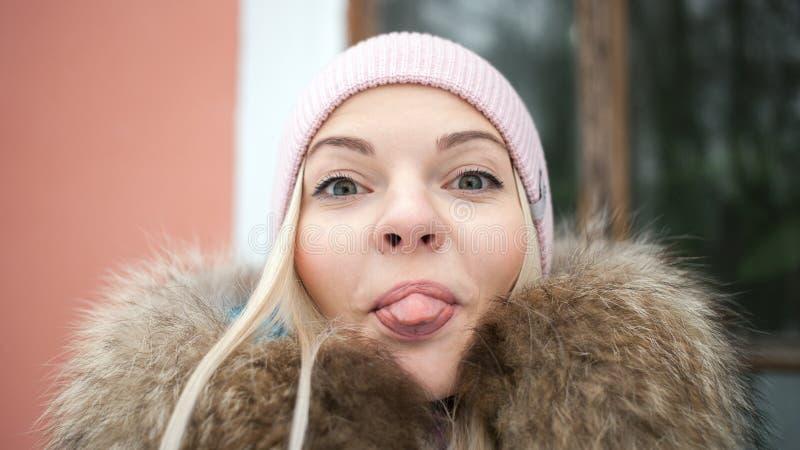 Αρκετά ξανθό στενό επάνω πορτρέτο γυναικών selfie στο πάρκο χειμερινών πόλεων Υπαίθρια έννοια χειμερινού τρόπου ζωής Όμορφη παρου στοκ εικόνες