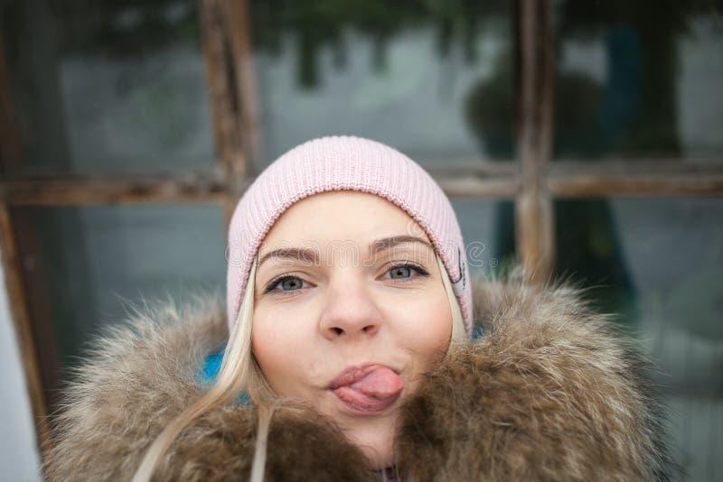 Αρκετά ξανθό στενό επάνω πορτρέτο γυναικών selfie στο πάρκο χειμερινών πόλεων Υπαίθρια έννοια χειμερινού τρόπου ζωής Όμορφη παρου στοκ εικόνα