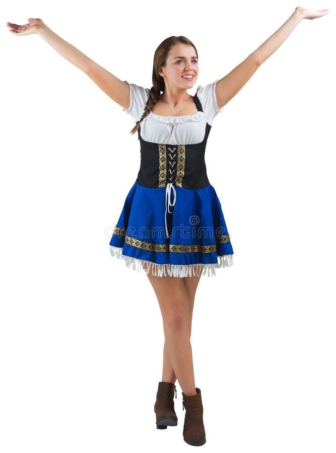 Αρκετά πιό oktoberfest κορίτσι που χαμογελά με τα όπλα που αυξάνονται στοκ φωτογραφίες με δικαίωμα ελεύθερης χρήσης