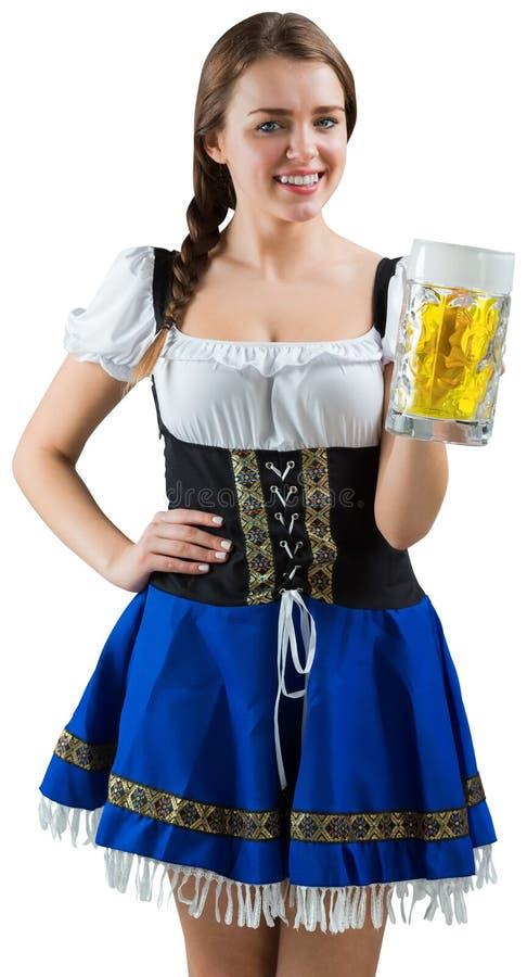 Αρκετά πιό oktoberfest κορίτσι που χαμογελά στην μπύρα εκμετάλλευσης καμερών στοκ φωτογραφία με δικαίωμα ελεύθερης χρήσης