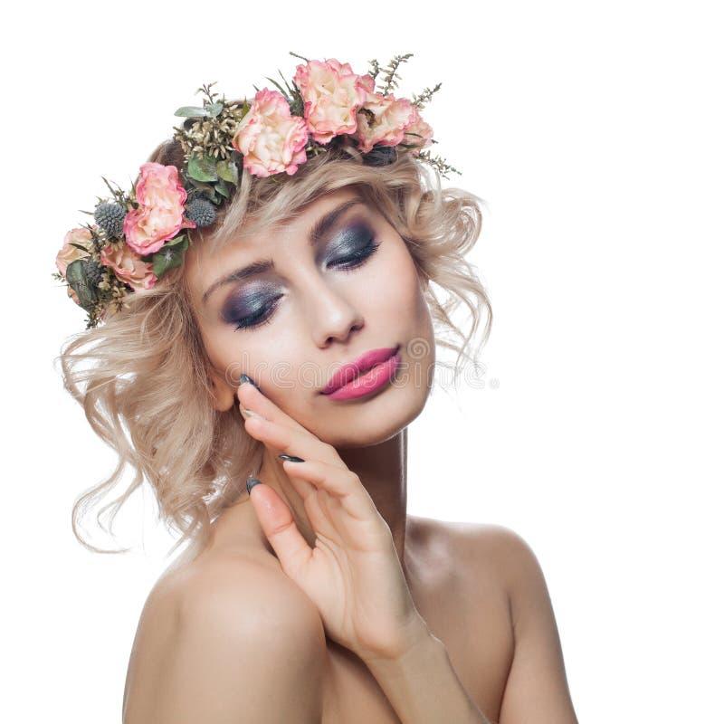 Αρκετά πρότυπη γυναίκα το makeup που απομονώνεται με στο λευκό Ξανθό κορί στοκ εικόνες