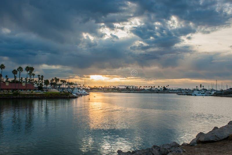 Αρκετά σπάσιμο σύννεφων της Dawn να επιτρέψει ένα σημείο της ηλιοφάνειας στον κεντρικό αγωγό στοκ φωτογραφίες με δικαίωμα ελεύθερης χρήσης