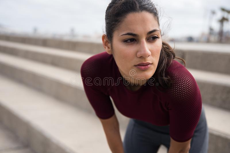 Αρκετά φίλαθλο brunette που στηρίζεται στα σκαλοπάτια στοκ εικόνες με δικαίωμα ελεύθερης χρήσης