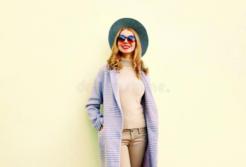Αρκετά χαμογελώντας νέα γυναίκα στο ρόδινο παλτό, στρογγυλό καπέλο στοκ εικόνα με δικαίωμα ελεύθερης χρήσης