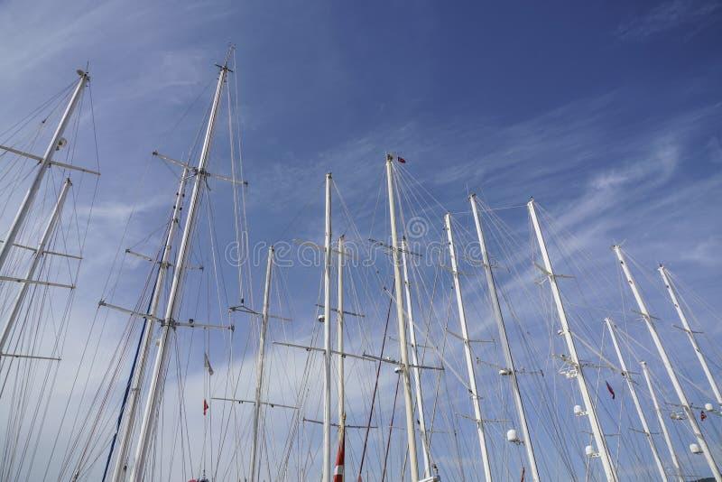 Αρκετοί πλέουν τους ιστούς βαρκών ενάντια στο μπλε ουρανό στοκ εικόνα με δικαίωμα ελεύθερης χρήσης