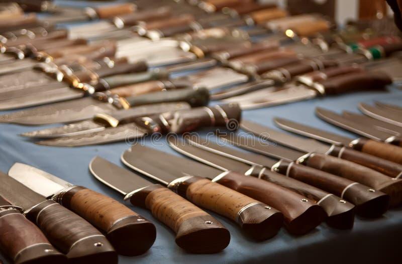 Αρκετοί στη σειρά κυνηγετικά μαχαίρια στοκ εικόνες