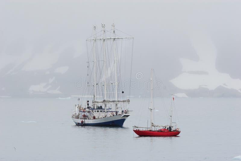 αρκτικό μεγάλο μικρό γιοτ  στοκ φωτογραφία με δικαίωμα ελεύθερης χρήσης