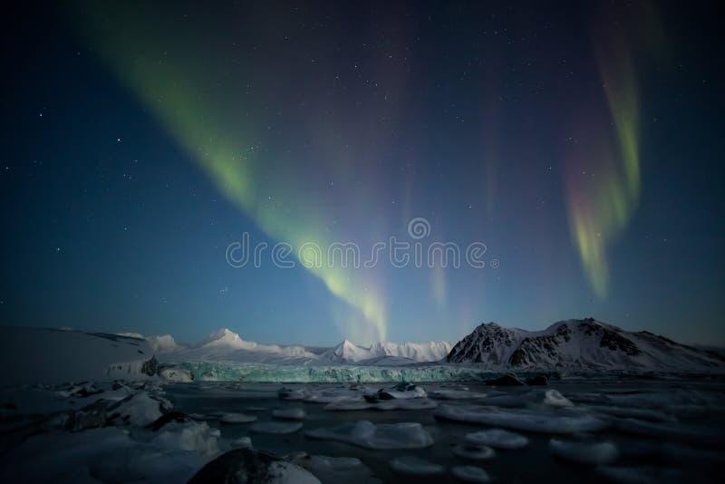Αρκτικό χειμερινό τοπίο με τα βόρεια φω'τα - Svalbard, Spitsbergen στοκ φωτογραφίες
