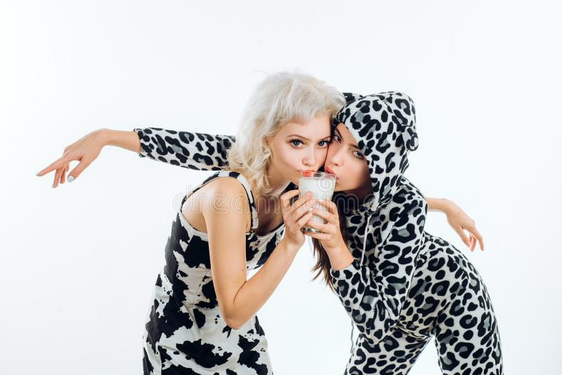 Αρμέξτε κάθε στιγμή για όλη την ευχαρίστηση που μπορείτε να πάρετε από την Χαριτωμένες γυναίκες που πίνουν το κανονικό γάλα Λατρε στοκ εικόνες
