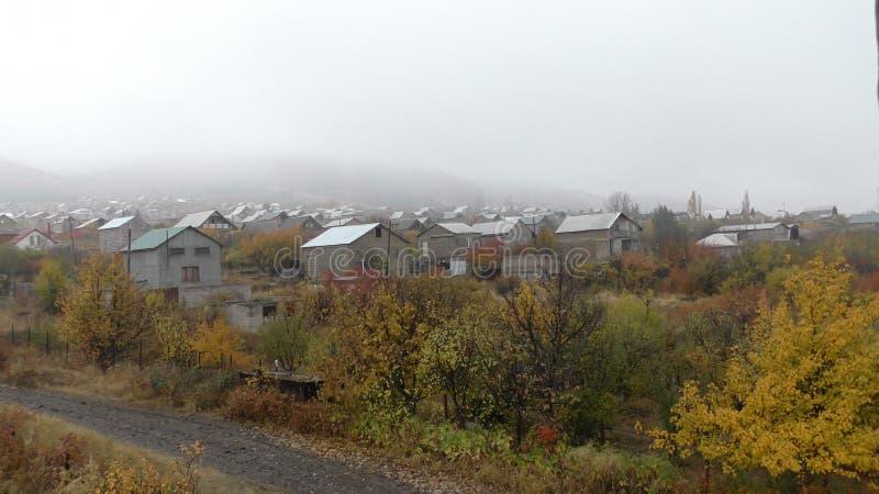 Αρμενία, χωριό επαρχιών Aragatsotn με το βάτραχο πέρα από το βουνό στοκ εικόνα