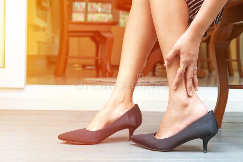 Αρμοσφίκτης ποδιών γυναικών από τη φθορά των υψηλών παπουτσιών τακουνιών, έννοια υγειονομικής περίθαλψης στοκ φωτογραφία με δικαίωμα ελεύθερης χρήσης