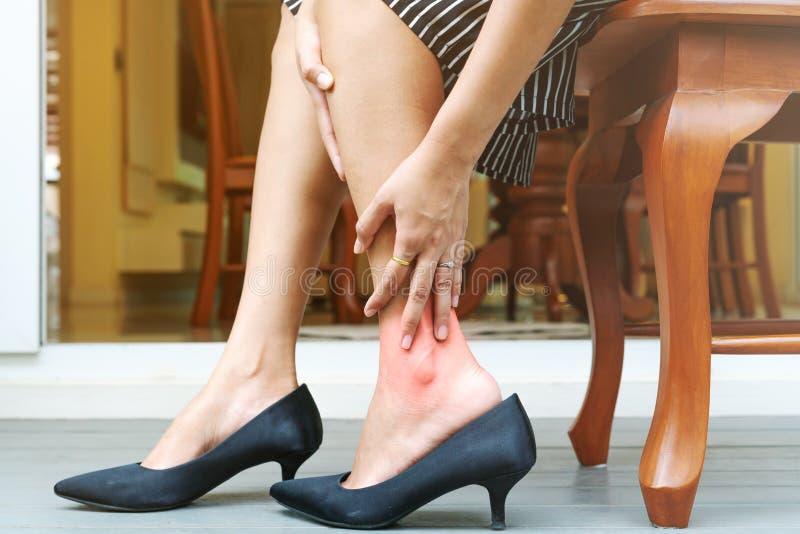 Αρμοσφίκτης ποδιών γυναικών από τη φθορά των υψηλών παπουτσιών τακουνιών, έννοια υγειονομικής περίθαλψης στοκ εικόνες με δικαίωμα ελεύθερης χρήσης