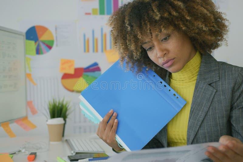 Αρμόδιος εργαζόμενος που εξερευνά τα έγγραφα στοκ εικόνα με δικαίωμα ελεύθερης χρήσης