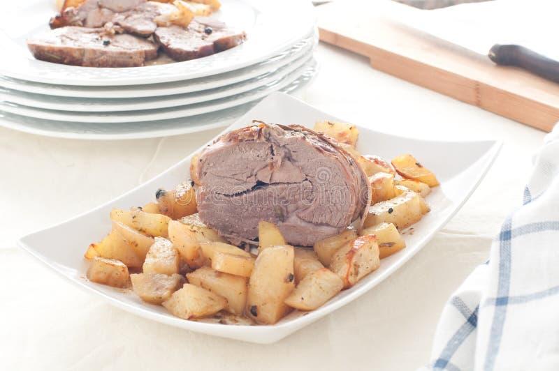Αρνί ψητού με τις ψημένες πατάτες στοκ εικόνα