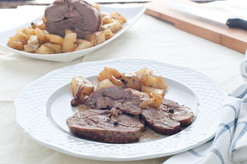 Αρνί ψητού με τις ψημένες πατάτες στοκ εικόνες