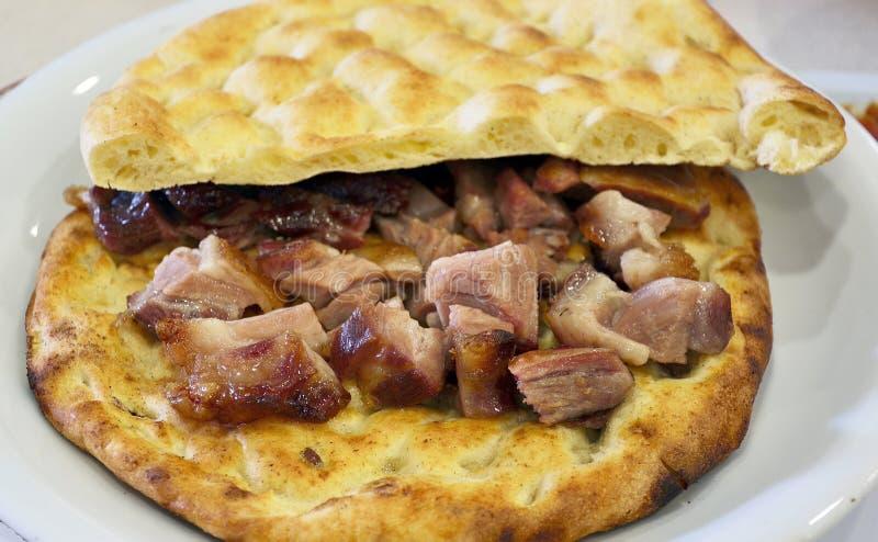 Αρνί Buryan αργός-που μαγειρεύεται σε ένα κοίλωμα που εξυπηρετείται σε ένα επίπεδο ψωμί στοκ εικόνες