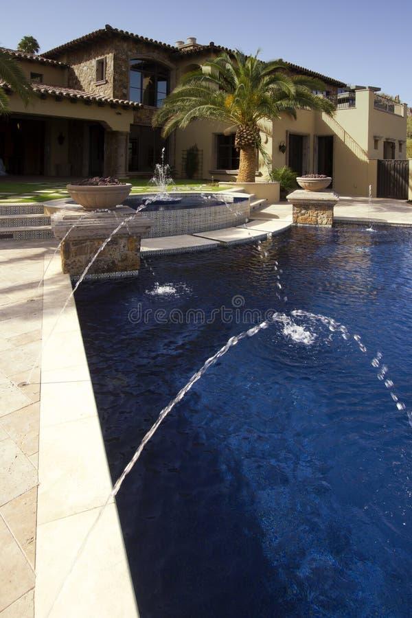 Αρνητική υπαίθρια πισίνα μεγάρων ακρών σύγχρονη στοκ φωτογραφία με δικαίωμα ελεύθερης χρήσης
